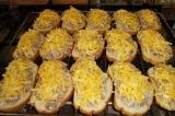 Шаг 5. Ломтики хлеба натереть чесноком. Выложить на хлеб начинку, сверху посыпат