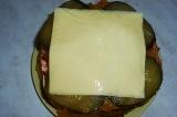 Шаг 10. Накрыть все ломтиком сыра. Накрыть последней частью булочки, отправить в