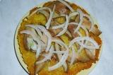 Шаг 6. Выложить картофельную котлету, порезанные грибы, и нарезанный лук.