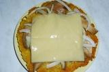 Шаг 7. Накрыть все ломтиком сыра.