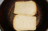 Шаг 7. Ломтики хлеба обжарить.