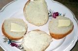 Шаг 3. Смазать хлеб маслом.