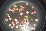 Шаг 7. Смазать сковороду растительным маслом, уложить немного порезанной колбасы