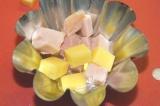 Шаг 4. Выложить ветчину и сыр в формочки для запекания.