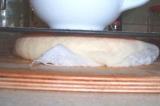 Шаг 5. Марлей закрыть сыр и положить под пресс, затем убрать в холодильник.