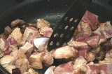 Шаг 3. Мясо обжарить на сковороде, посолить по вкусу.