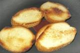 Шаг 1. Хлеб обжарить до золотистой корочки и выложить на тарелку.