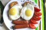 Готовое блюдо: яичница с гренками