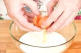 Шаг 1. Молоко разбавить холодной водой, добавить яйца и перемешать.