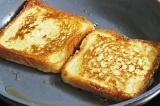Шаг 4. Хлеб обжарить на сковороде.