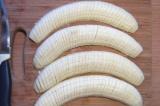 Шаг 6. Бананы очистить и порезать кружочками.