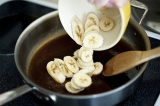 Шаг 8. Добавить порезанные бананы. Тосты полить банановым соусом.
