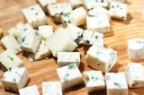 Шаг 6. Сыр Дор Блю порезать на небольшие кусочки.