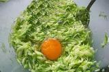 Шаг 2. Добавить к кабачкам яйца, соль по вкусу и тщательно перемешать.