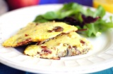 Готовое блюдо: омлет с луком и грибами