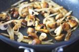 Шаг 4. Обжарить грибы и лук на сливочном масле.