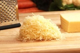 Шаг 8. Сыр натереть на крупной терке.