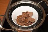 Шаг 5. Положить шоколад в кастрюлю, поставить на слабый огонь.