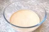 Шаг 1. В молоке растворить дрожжи, добавить сахар и соль.