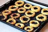 Шаг 9. Выложить на противень луковые кольца и отправить в духовку.