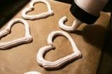 Шаг 6. Бумагой для выпечки застелить противень и обвести по трафарету сердца кар