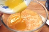 Шаг 2. Влить растопленное сливочное масло, перемешать.