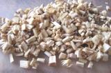 Шаг 1. Вырезать ножки у грибов и мелко порезать.