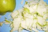 Шаг 3. Яблоки порезать соломкой.