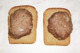 Шаг 6. Лепешки положить на хлеб.