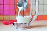 Шаг 3. Поместить мороженое и молоко в блендер.