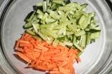 Шаг 3. Выложить морковь и огурец в салатник.