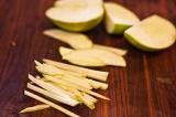 Шаг 4. Нарезать соломкой яблоко.
