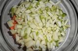 Шаг 5. Добавить яблоко в салатник.