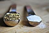 Шаг 2. Добавить соль и орегано.
