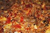 Шаг 8. Помешивая, добавить яйца и томатный соус, перемешать.