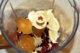 Шаг 3. В блендер положить клюкву, тертый имбирь, лимон, мед.