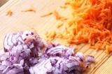 Шаг 1. Морковь натереть на терке, лук мелко порезать.
