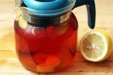 Шаг 2. Заварить черный чай, затем процедить и добавить в него имбирь.