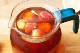 Шаг 4. Добавить в чай немного лимонного сока и несколько ягод клубники.