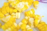 Шаг 4. С кукурузы очистить зерна.