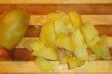 Шаг 3. Картофель отварить, охладить и нарезать кубиками.