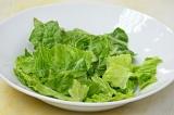 Шаг 8. Салат нарвать руками. Выложить в тарелку салат, помидоры, картофель, фасо