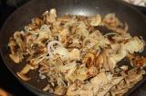 Шаг 4. Добавить грибы и жарить до полного исчезновения жидкости.
