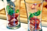 Шаг 4. В стаканы положить клубнику и базилик.