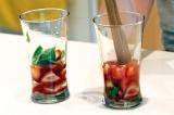 Шаг 6. Налить охлажденный сироп. Раздавить клубнику.