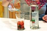 Шаг 7. Добавить ром. Положить в стаканы лед и украсить мятой.