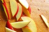 Шаг 2. Порезать яблоко.