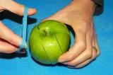 Шаг 2. Затем нарезать яблоко.