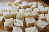 Шаг 6. Хлеб нарезать кубиками.