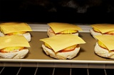 Шаг 4. Затем – по ломтику сыра.